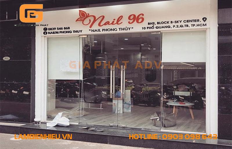 Tiệm nail 96 sử dụng cách gắn chữ mica lên tường
