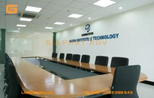 Biển hiệu phòng họp thể hiện sự sang trọng và chuyên nghiệp khi tiếp các đối tác