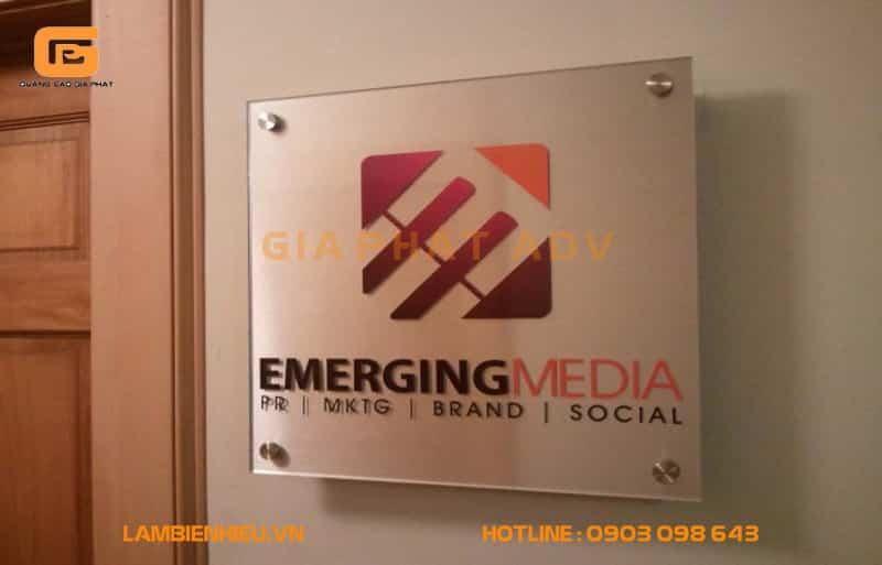 Bảng hiệu của công ty Emerging Media