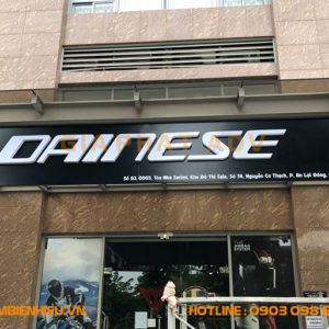 Bảng hiệu alu chữ nổi mica cửa hàng Dainese