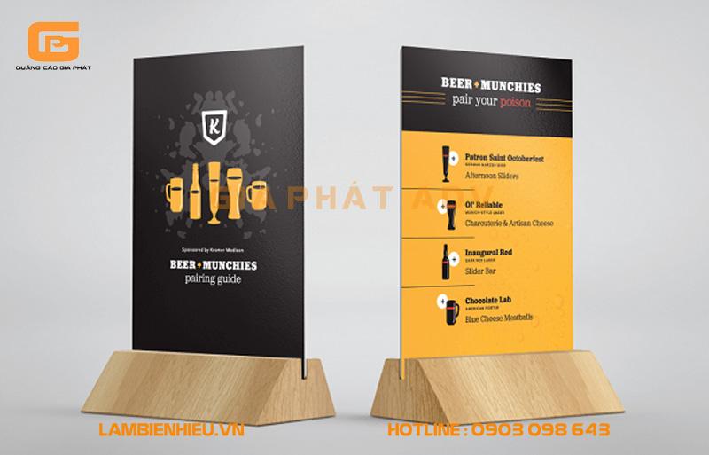 bảng hiệu chân gỗ có thiết kế chân trụ cứng cáp